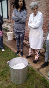 Préparation du mordançage à l'alun lors du premier atelier à La Redonda, Santa Fe, Argentina
