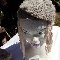 Bonnet alpaga gris, filé min très serré, crochet