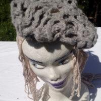 Bonnet alpaga gris naturel, filé main, ajouré, crochet