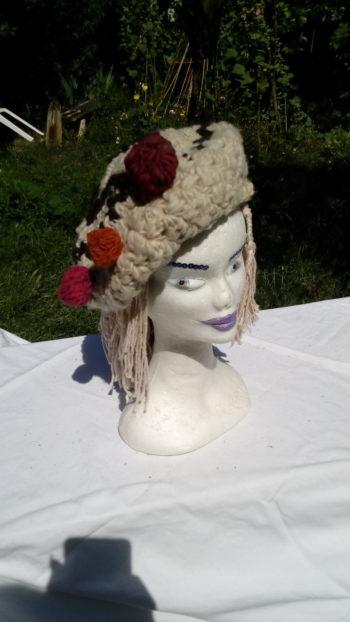 Bonnet à petites boules, laine de mouton, teinture naturelle, crochet