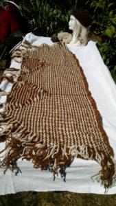 Châle recangulaire, pied de lit. laine mouton, teint au quintral, naturel, tissé métier à clous construit pour l¡occasionm finitions crochets