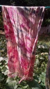 Echarpe, soie doomestique, de Madagascar, ecoprint, cochenille, indigo
