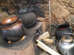 Cuisinière pour teindre et cuisiner à Chinchero, Pérou