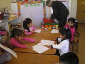 Les enfants dessinent avec les différentes couleurs