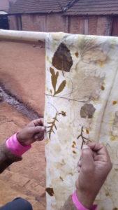 Ecoprint sur soie, à Madagascar avec Hilaire