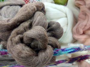 La laine marron du premier plan est celle du second passée dans un vieux bain de garance et de cochenille (rose à côté)