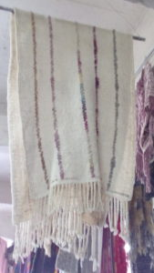 Un peu de couleur suffit pour égayer cette pièce. laine teinte au duraznillo, cochenille et indigo