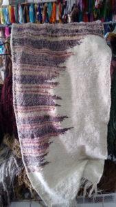 Ici, la laine tricolore, venait noire et blanche, je l'ai teinte en partie en jaune, l'autre partie en rose (cochenille)