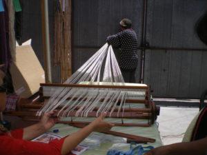 Montage d'une chaîne sur métier à tisser María, lors du cours que j'ai donné à Pica