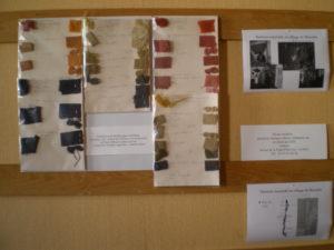 Echantillons de différentes fibres teintes naturellement à Lauris lors d'un atelier de Marie Marquet à Couleur Garance