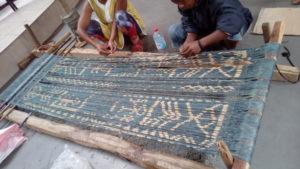 Chaîne d'ikat prête à être tissée, motifs traditionnels malgaches