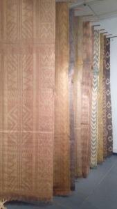 Grandes toiles de raphia et soie, teintes naturellement, techniques d'ikat et shibori, produits par Terre-là, à Mahajunga, exposition lors de l'IFPECO de Madagascar