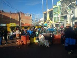 Agents de change, jour de foire, en attendant de passer à la douane, El Desaguadero, Pérou